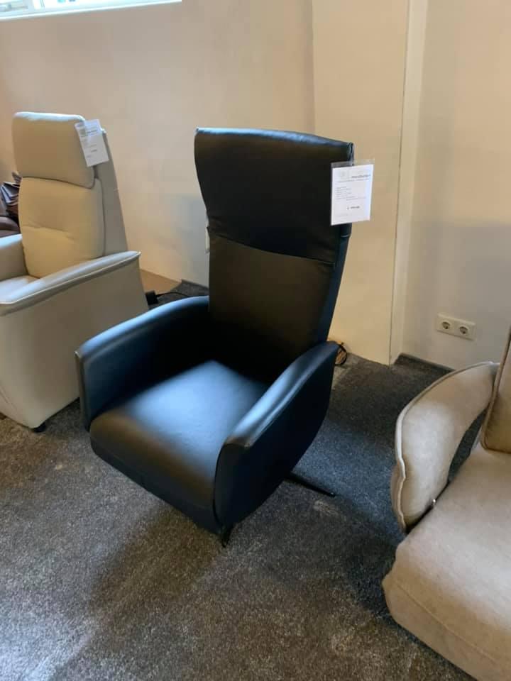 Showroom met relaxfauteuils en sta op stoelen Margriet Geffen